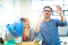 使用虚拟现实录影玻璃的年轻人 库存图片