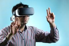 使用虚拟现实玻璃的人和指向用手 免版税库存照片