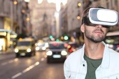 使用虚拟现实玻璃的人 免版税库存图片