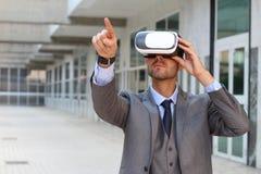 使用虚拟现实玻璃的商人 库存图片