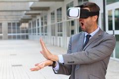 使用虚拟现实玻璃的商人 免版税库存照片