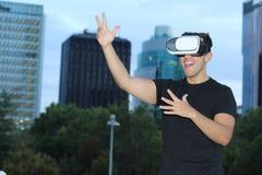 使用虚拟现实玻璃的男性在城市 库存照片