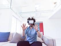 使用虚拟现实的VR耳机玻璃人 免版税库存图片