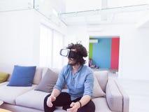 使用虚拟现实的VR耳机玻璃人 免版税图库摄影