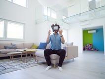 使用虚拟现实的VR耳机玻璃人 免版税库存照片