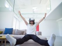 使用虚拟现实的VR耳机玻璃人 库存图片