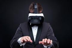 使用虚拟现实耳机的专属人 库存图片