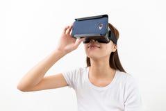 使用虚拟现实耳机的亚裔少妇 免版税库存图片