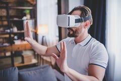 使用虚拟现实耳机的人 库存照片