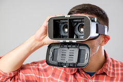 使用虚拟现实耳机的人 图库摄影