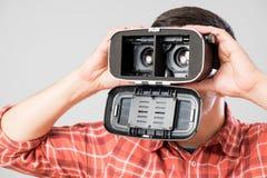 使用虚拟现实耳机的人 免版税库存图片