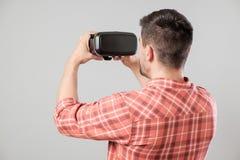 使用虚拟现实耳机的人 库存图片