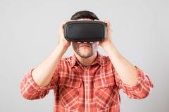使用虚拟现实耳机的人 免版税库存照片