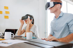 使用虚拟现实耳机的企业队在会议 库存图片