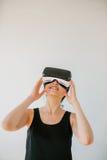 使用虚拟现实耳机的少妇 免版税图库摄影