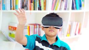 使用虚拟现实耳机的男学生 股票视频