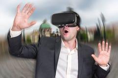 使用虚拟现实耳机玻璃的商人 免版税图库摄影