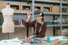 使用虚拟现实设备的微笑的女工 库存图片