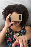 使用虚拟现实设备的微笑的年轻非洲妇女 免版税库存图片