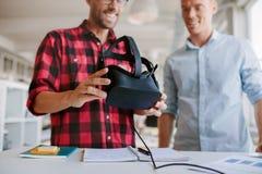 使用虚拟现实风镜的两个人在办公室 图库摄影