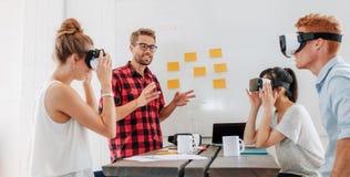 使用虚拟现实风镜的商人在会议期间 免版税库存图片