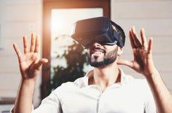 使用虚拟现实风镜的多文化有胡子的人 库存照片
