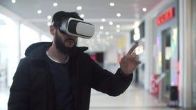 使用虚拟现实风镜的年轻人在购物中心 影视素材