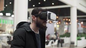 使用虚拟现实风镜的年轻人在购物中心 股票视频