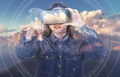 使用虚拟现实风镜,年轻美丽的女孩得到正面情感 妇女认识山的秀丽 库存照片
