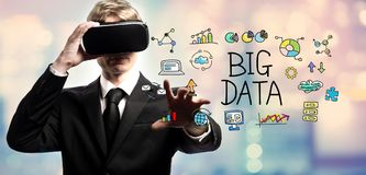 使用虚拟现实,大数据发短信与商人 图库摄影