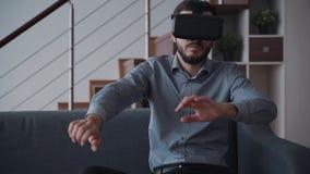 使用虚拟现实,新的数字技术设备创造性的人在战斗电子游戏打 股票视频