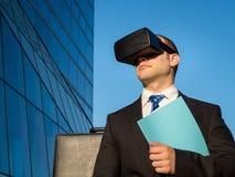 使用虚拟现实玻璃的商人一次会议的在网络 免版税图库摄影