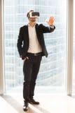 使用虚拟现实玻璃的商人  库存照片