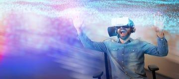 使用虚拟现实玻璃的快乐的人的综合图象,当坐扶手椅子时 免版税库存照片