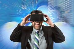 使用虚拟现实玻璃的成熟商人 免版税图库摄影