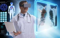 使用虚拟现实玻璃的医生审查的X-射线图象 免版税库存图片