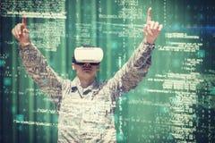 使用虚拟现实3d耳机的军事战士 库存图片