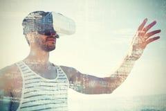 使用虚拟现实3d玻璃的年轻人在海滩 免版税库存照片
