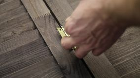 使用螺丝刀,工作者紧固门折页对家具细节 影视素材