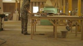 使用螺丝刀,工作者装配在锯木厂的完成的木制品,汇编,处理 影视素材