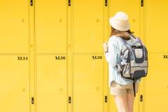 使用衣物柜服务的妇女旅客 免版税库存图片