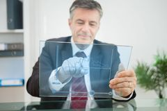 使用观看未来派的触摸屏幕的商人图表 库存照片