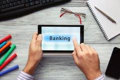 使用触感衰减器的商人 按银行业务按钮 库存照片