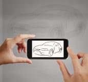 使用触摸屏电话的巧妙的手拍汽车象照片  图库摄影