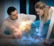 使用触摸屏的夫妇在空间背景 免版税库存图片