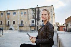 使用触摸板的白种人女性在周末期间在罗马 库存照片