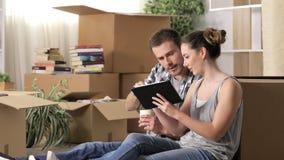 使用计划的片剂的夫妇移动的家改革 股票视频