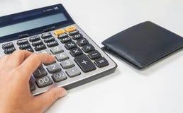 使用计算器的人们为薪金和收入管理 库存照片