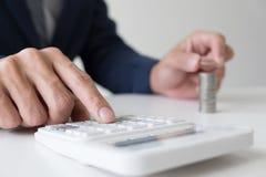 使用计算器的商人对分析商业投资和 免版税库存照片