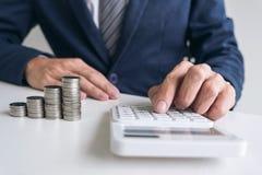 使用计算器的商人对分析商业投资 库存图片